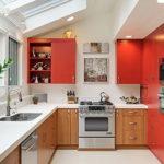 Сочетание красного, белого и коричневого цветов в дизайне кухни