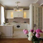 Люстра на кухне классического стиля
