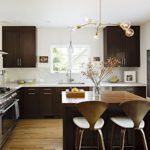 Черные подвесные шкафа в дизайне кухни