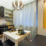 Желтые полосы на стене кухни с диваном