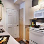 Белая дверь в коридор на кухне вытянутой формы