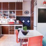 Яркий интерьер кухни с диванчиком в обеденной зоне