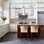 Мебельный гарнитур на кухне с высоким потолком