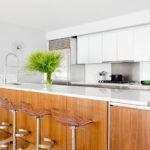 Длинная барная стойка на кухне частного дома