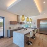 Интерьер кухни частного дома с островом