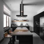 Кухня с черной мебелью в частном доме
