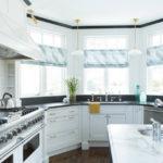 Кухонная мебель в эркере загородного дома