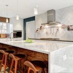 Кухонный остров с мраморными поверхностями