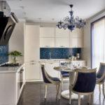 Люстра в интерьере кухни панельного дома