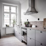 Просторная кухня прямолинейной планировки