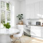 Живые растения в интерьере светлой кухни