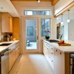Проходная кухня с дверью во двор частного дома
