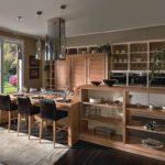 Деревянная мебель в дизайне загородной кухни
