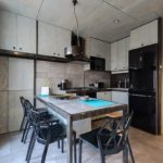 Кухня с оригинальным интерьером в загородном доме
