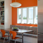 Оранжевая стена за диваном в кухне-гостиной