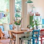 Разноцветные стулья за обеденным столом