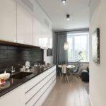 Белая кухня с черным фартуком