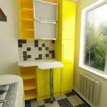 Желтый кухонный гарнитур с выдвижной барной стойкой