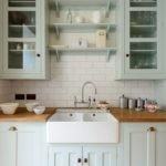 Шкафчики в ретро стиле над кухонной мойкой