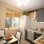 Дизайн кухни с холодильником у окна