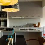 Навесные кухонные шкафы с серыми дверцами
