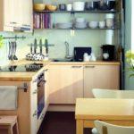 Открытые полки с посудой на кухне в хрущевке