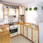 Живые растения в кашпо на маленькой кухне