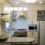 Освещение на кухне с холодильником в углу комнаты