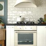 Кухонный фартук с глянцевой поверхностью белого цвета