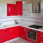 Красно-белая мебель для кухни загородного дома
