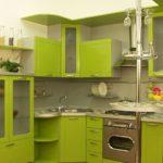 Зеленая кухня с барной стойкой