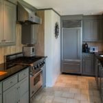 Кухня частного дома в оттенках серого цвета
