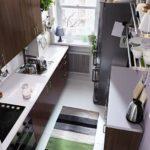 Полосатый коврик на полу узкой кухни