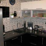 Черный кухонный гарнитур на кухне в панельном доме