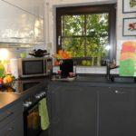 Темные фасады кухонного гарнитура в загородном доме