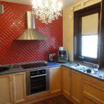 Диагональная укладка красной плитки на стене кухни