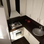 Кухонная мебель с черной столешницей