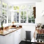 Кухня загородного дома на закрытой террасе