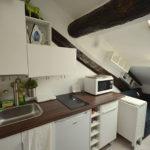 Кухня с наклонными стенами в частном доме
