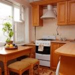 Деревянная мебель на кухне хрущевки