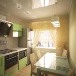 Стол со стеклянной столешницей на кухне с глянцевым потолком