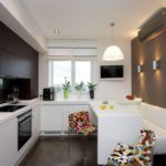 Интерьер кухни с серой стеной