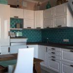 Светлый кухонный гарнитур и темный кафельный фартук
