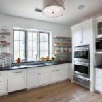 Дизайн кухни загородного дома с встроенной бытовой техникой