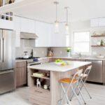 Интерьер кухни средних размеров в частном доме