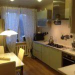 Зеленый кухонный гарнитур в городской квартире