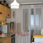Кухня в панельном доме с дверью на балкон