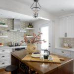 Ретро люстра на потолке кухни