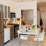 Белые стулья для современной кухни