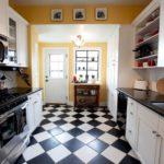 Керамическая плитка в черно-белую клетку на полу кухни